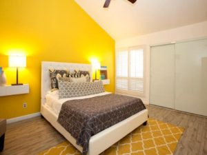 Giấy dán tường màu vàng cho không gian